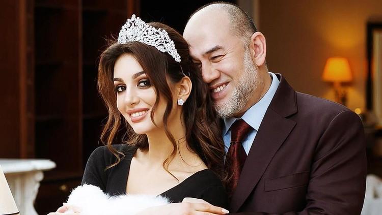 Tak percaya, Sultan Kelantan tuding bayi Miss Moskow anak dengan pria Asia lain.