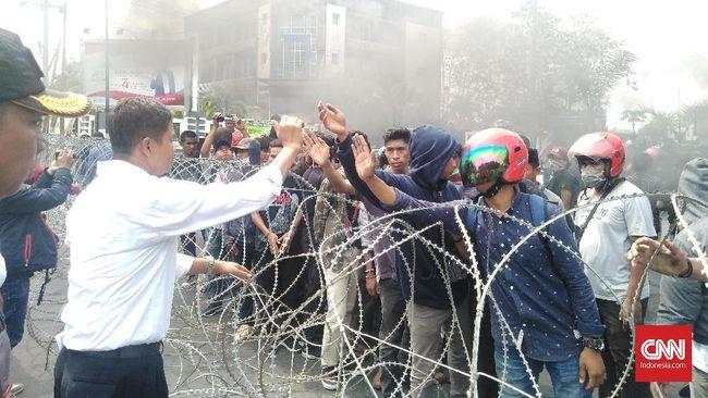 Di depan mahasiswa yang berdemo, Polda Sultra menyatakan polisi mengupayakan pengungkapan kasus tewasnya Randi dan Yusuf Kardawi dua hari ke depan.
