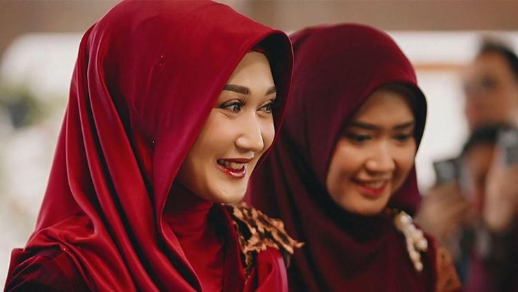 Desainer Dian Pelangi telah resmi menikah untuk kali kedua. Sang kakak pun memberi pesan haru untuk suami Dian, Sandy Nasution.
