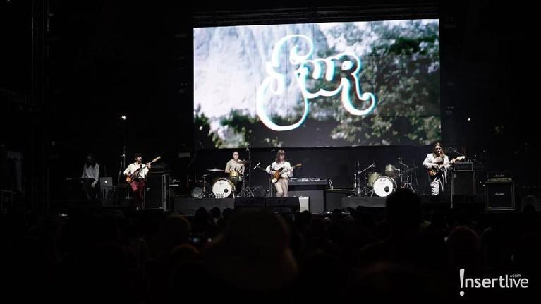 FUR adalah band asal Inggris yang populer lewat lagu If You Know That I'm Lonely. Berikut aksi panggung FUR saat tampil menghibur penggemar di Jakarta.