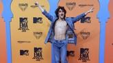 Aktor Chile Jorge Lopez Astorga terlihat seperti tengah datang ke konser rock dibanding ke sebuah acara penghargaan(Photo by CRISTINA QUICLER / AFP)