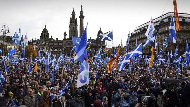 Ribuan warga Skotlandia menuntut kemerdekaan diduga karena kecewa terhadap rencana pengunduran diri Inggris dari keanggotaan Uni Eropa (Brexit).