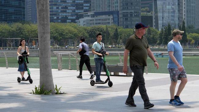 Pemerintah Singapura akan melarang penggunaan skuter listrik di sepanjang trotoar mulai Selasa (5/11) besok. Aturan itu diterapkan atas alasan keamanan.
