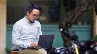 <p>Ricky Zainal hobi motoran. Kerja di atas motor? Enggak masalah. (Foto: Instagram/ @rickyzainal)</p>