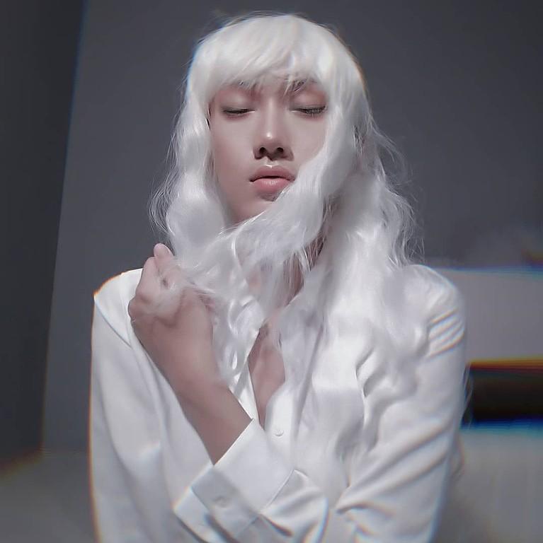 Lola Zietadikenal sebagai seorangcosplayercantik yang tak segan untuk tampil seksi.