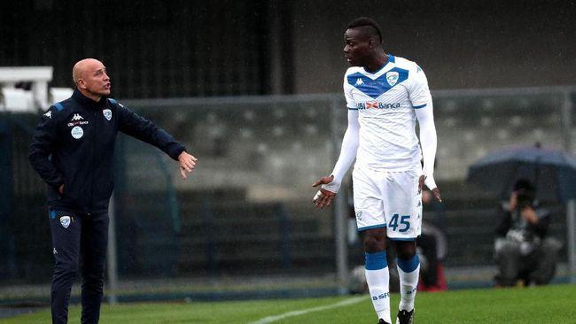Mendapat ejekan rasial dari suporter tuan rumah, striker Brescia Mario Balotelli mengamuk dan menendang bola ke arah penonton.
