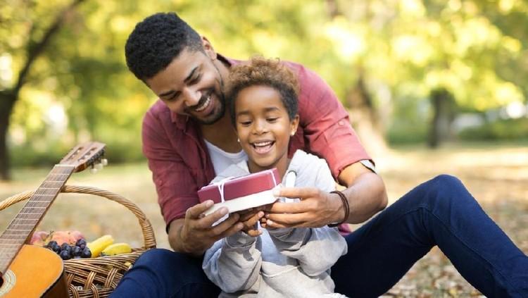 Mungkin para Ayah terlalu kaku atau bingung bagaimana mengucapkan selamat ulang tahun kepada anak perempuan. Kalimat ini bisa jadi pilihan untuk Ayah.