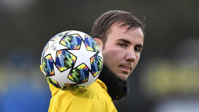Dortmund's Mario Goetze exercises with the ball during a training session in Dortmund, Germany, Monday, Nov. 4, 2019. Borussia Dortmund plays Inter Milan in a Champions League Group F soccer match in Dortmund on Tuesday. (AP Photo/Martin Meissner)