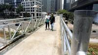 Atap Jembatan Penyeberangan Orang (JPO) di JPO antara Wisma Bumiputera dan Menara Astra, Sudirman telah dicopot, Bunda. (Foto: Rengga Sancaya)