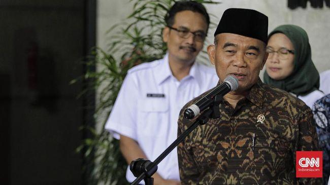 Sesuai arahan Jokowi, rencana memangkas libur panjang akhir tahun masih dibicarakan kembali. Sektor pariwisata jadi salah satu pertimbangan.