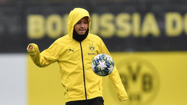 Dortmund's Jadon Sancho exercises during a training session in Dortmund, Germany, Monday, Nov. 4, 2019. Borussia Dortmund plays Inter Milan in a Champions League Group F soccer match in Dortmund on Tuesday. (AP Photo/Martin Meissner)