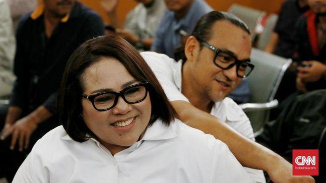 PN Jaksel memvonis komedian Tri Retno Prayudati alias Nunung dan suaminya July Jan Sambiran 1 tahun 6 bulan penjara terkait kasus penyalahgunaan narkoba.