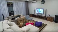 """<span class=""""im"""">Di vila ini, televisi sengaja hanya di letakkan di ruang keluarga, di kamar tidak ada televisi, tujuannya agar semua berkumpul bersama. (Foto: Rans Entertainment)<br /></span>"""