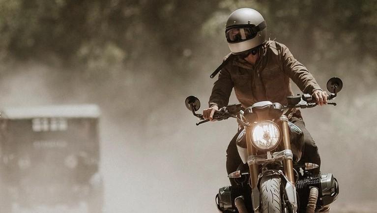 Selain fotografi, Ricky juga terlihat sering konvoi mengendarai motor bersama teman-temannya.