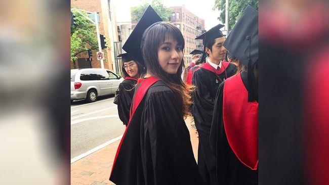 Nama Risa Santoso mendadak jadi viral beberapa hari belakangan ini. Risa jadi terkenal setelah dilantik menjadi rektor termuda di Indonesia di usia 27 tahun.