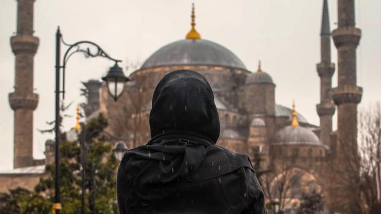 Novi membuka donasi agar ia bisa kuliah ke Turki. Namun langkahnya menuai pro dan kontra. Seperti apa?