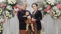 Momo Geisha dan Nicola Reza Samudra mengadakan acara Tedak Siten untuk putri pertama mereka, Gabriella Aurora Samudra. (Foto: Instagram @therealmomogeisha)