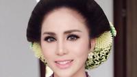 "Cantiknya Momo Geisha dalam balutan busana adat Jawa ini ya, Bunda. (Foto: Instagram @therealmomogeisha)<span class=""im""><br /></span>"