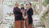 Keluarga kecil mereka kompak menggunakan pakaian adat Jawa. (Foto: Instagram @therealmomogeisha)