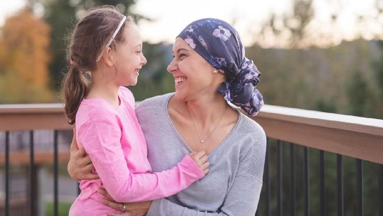 Salah satu efek kemoterapi saat aku menjalani pengobatan kanker payudara adalah rambut rontok sampai botak. Dan, beginilah reaksi anakku lihat ibunya botak.