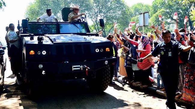 Menteri Pertahanan Prabowo Subianto melakukan kunjungan ke PT Pindad yang berlokasi di Bandung, Jawa Barat, Rabu (6/11).