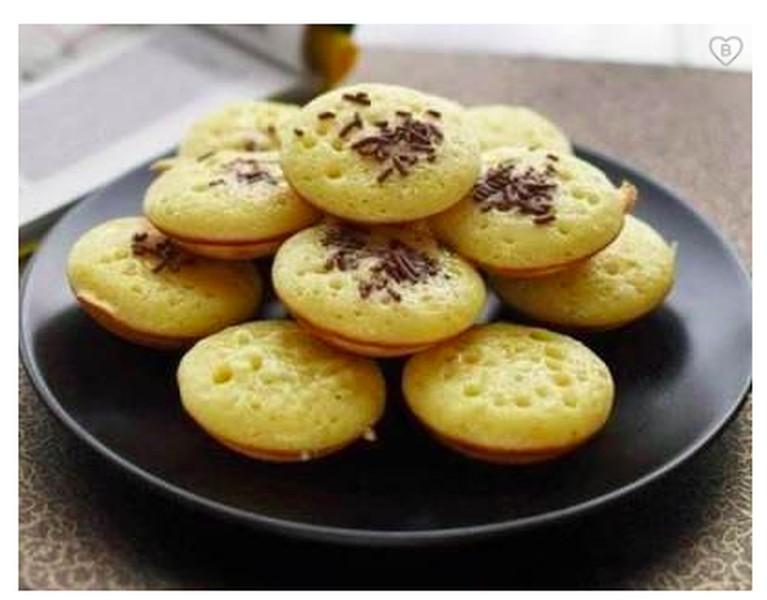 Sempat langka di peredaran, kue cubit beberapa tahun belakangan mulai hipe kembali di kalangan pecinta kuliner. Bahkan kue cubit saat ini banyak dimodifikasi dengan rasa dan topping yang lain.