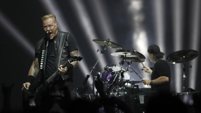 Metallica lead singer James Hetfield performs at the l'AccorHotels Arena in the French capital Paris on September 8, 2017. (Photo by FRANCOIS GUILLOT / AFP)