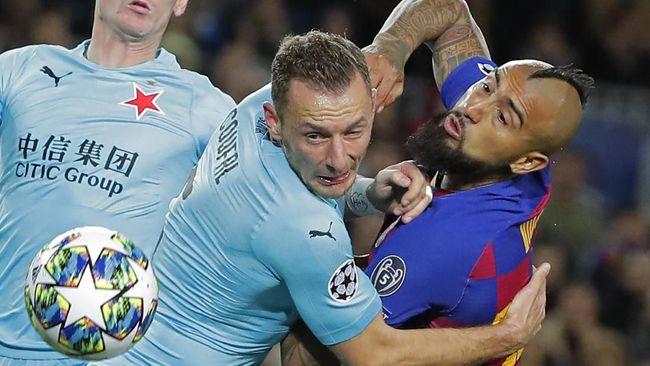 Gelandang Barcelona Arturo Vidal meniru sundulan aneh bek Manchester United Phil Jones saat menghadapi Slavia Praha di Liga Champions.