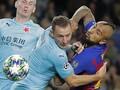 Bintang Barcelona Tiru Sundulan Aneh Phil Jones di MU