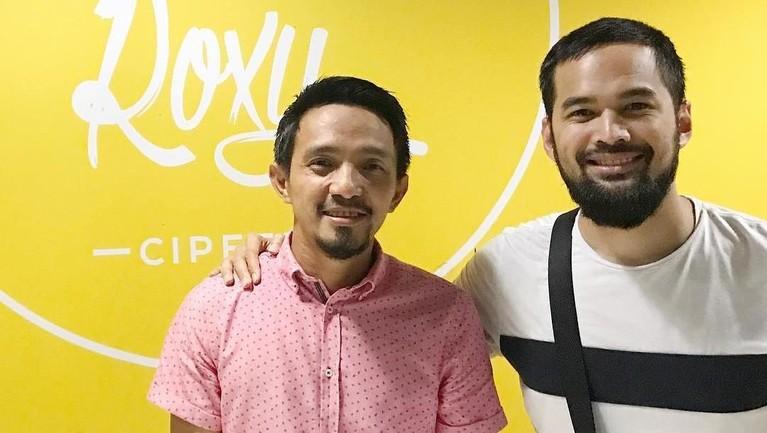 Ricky Zainal ketika bertemu dengan pesinetron Teuku Wisnu. Dalam captionnya, Ricky mengaku saling berbagi cerita satu sama lain.
