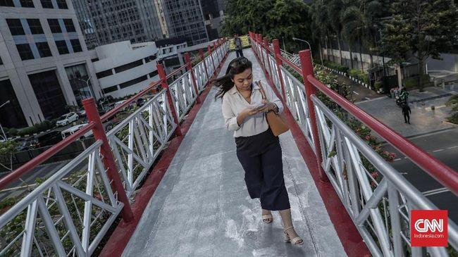 Aktivitas berjalan kaki sembari mengirim pesan alias chatting lebih membahayakan dibanding sambil menerima telepon atau mendengarkan musik.