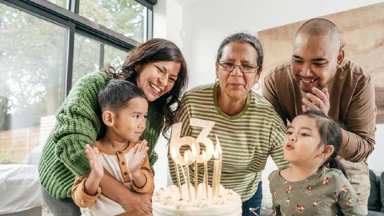 Ibu mertua sebentar lagi ulang tahun, mau kasih ucapan selamat ulang tahun seperti apa ya? Lihat referensinya di sini, Bun.
