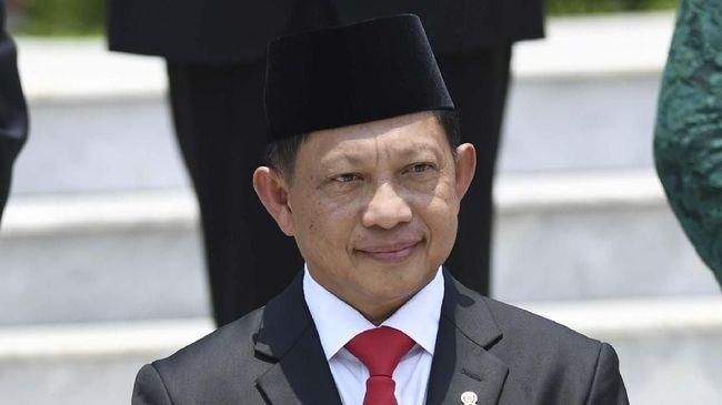 Menteri Dalam Negeri Tito Karnavian mengingatkan kepala daerah tak mempersulit dana hibah untuk Pilkada 2020 karena ada sanksi berat berupa pemecatan sementara.