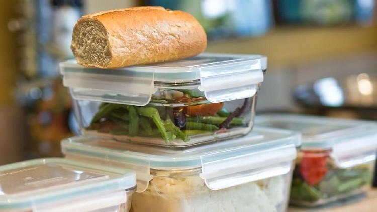 Makanan masih bersisa, ingin disimpan, tapi Bunda takut basi? Simak tips menyimpannya berikut ya.