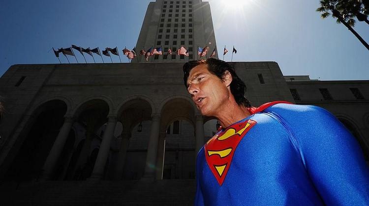 Christopher Dennis yang dikenal sebagai Superman Hollywood meninggal dunia.