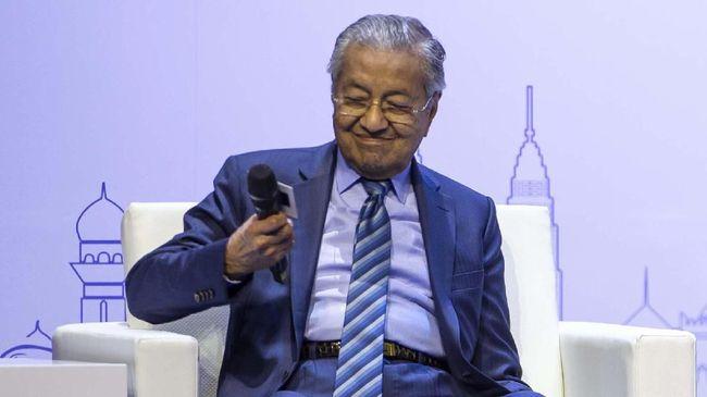Perdana Menteri Malaysia Mahathir Mohamad mengalami mimisan saat tengah menggelar konferensi pers, sehingga dia harus meninggalkan acara.