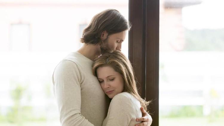 Pasangan suami istri biasanya disarankan untuk menunda hubungan seks setelah keguguran. Berapa lama waktunya? Simak penjelasan lengkapnya yuk!