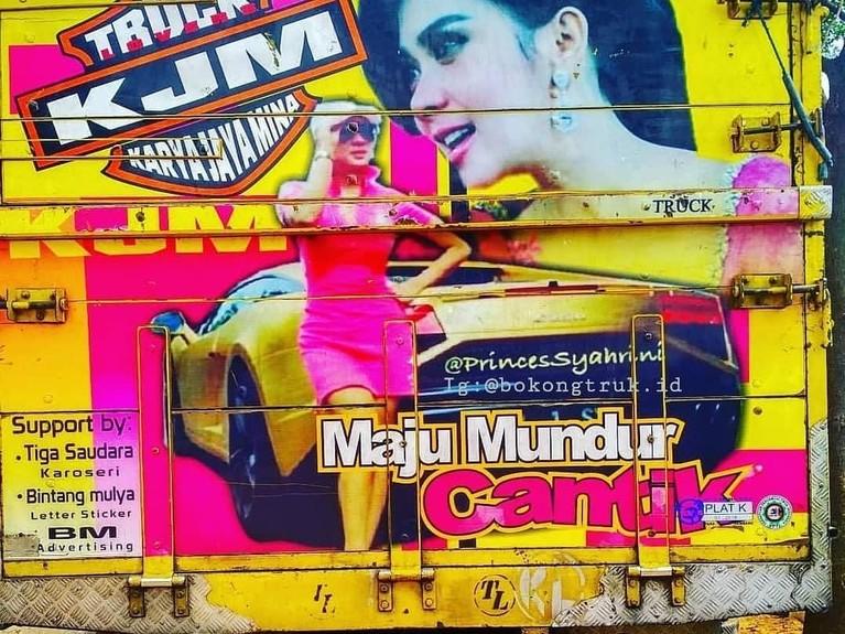 Syahrini. Dengan mobil mewahnya, Syahrini terlihat ada di badan truk dengan bertuliskan 'Maju Munduk Cantik'.