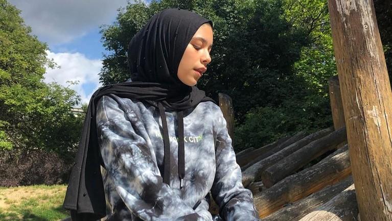 Gaya hijabnya yang simpel bisa disontek oleh para wanita muda.