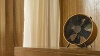 <p>Kipas angin juga disediakan di penginapan milik Nicholas Saputra. Bentuknya yang klasik dan berwarna <em>earth tone,</em> berbaur selaras dengan interior ruangan. (Foto: Instagram @terrariotangkahan)</p>