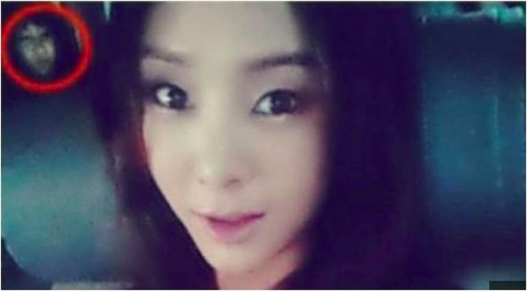 Penyanyi cantik G.NA juga pernah dibuat bergidik setelah melihat foto selfie dirinya di dalam mobil. Pasalhnya sesosok makhluk halus juga ikut bergaya dengannya.