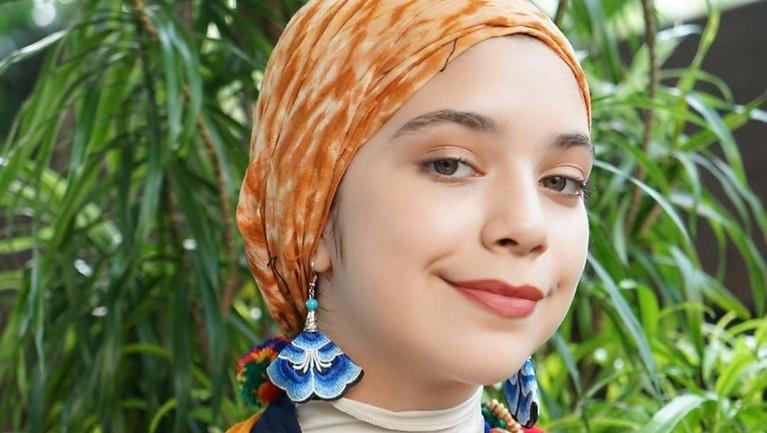 IsabelAzhari juga pernah tampil menyanyi di salah satu televisi swasta Indonesia membawakan lagu Damai Bersamamu yang dipopulerkan oleh Chrisye.