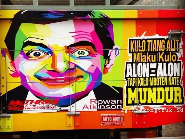 Rowan Atkinson. Eits, bukan hanya artis dalam negeri. Ternyata wajah pemeran Mr. Bean ini juga terpampang di badan truk.