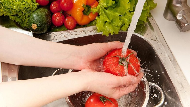 Untuk menghindarkan diri dari penyakit, sebaiknya Bunda cuci dulu buah-buahan dan sayuran yang akan dimakan ya.