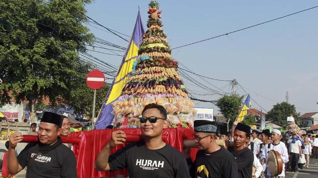 Sejumlah masyarakat di Indonesia merayakan Maulid Nabi Muhammad SAW sekaligus demi persatuan dan kesatuan.