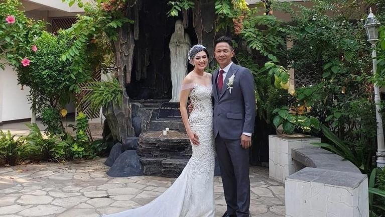 Wajah bahagia Delon dan Aida usai resmi jadi sepasang suami istri.