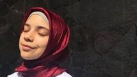 <p>Jarang terekspose media, Isabel kini tumbuh menjadi remaja dan mengenakan hijab. (Foto: Instagram @isabel.azhari)</p>