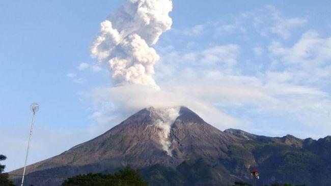 Gunung Merapi terpantau meluncurkan awan panas guguran dengan jarak luncur sejauh 1.600 meter ke arah barat daya, Senin (14/6) dini hari.