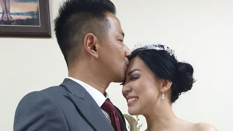 Tampak wajah bahagia Aida terlihat saat dicium sang suami tercinta.