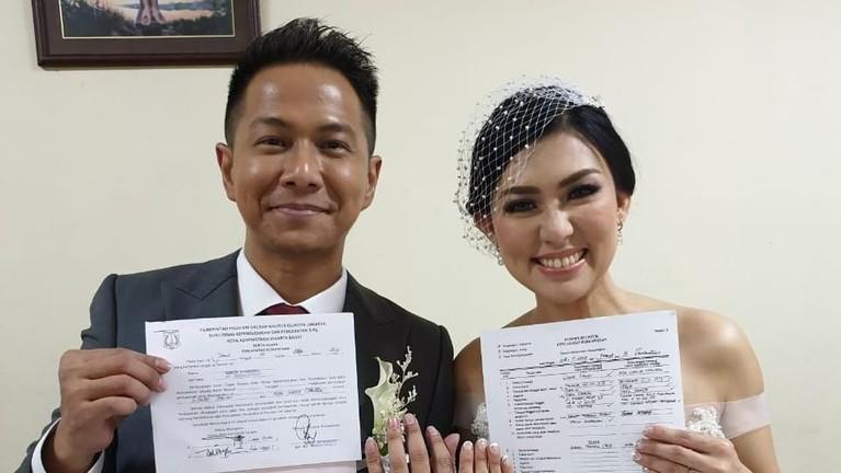 Delon dan Aida resmi menikah pada Jumat (8/11). Di hari yang sama, mereka juga melakukan prosesi sangjit, seserahan dalam adat Cina.